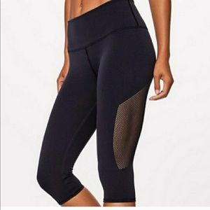 Lululemon Reveal Crop - Size 6 - Navy